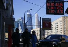 Вывеска пункта обмена валюты в Москве. 16 февраля 2015 года. Рубль умеренно вырос при открытии среды и вновь в основном благодаря нефти, остающейся вблизи многонедельных максимумов несмотря на утреннее снижение, а также за счет продаж экспортной выручки в налоговый период под государственным мониторингом денежных потоков экспортеров. REUTERS/Maxim Zmeyev