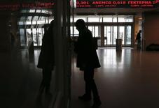 Мужчина в здании фондовой биржи в Афинах. 9 февраля 2015 года. Сводный индекс европейского фондового рынка поднялся до семилетнего максимума на волне оптимизма по поводу Греции. REUTERS/Alkis Konstantinidis