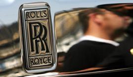Логотип Rolls Royce на Super Car Show в Мумбаи 5 апреля 2009 года. Автопроизводитель Rolls-Royce Motor Cars, известный своими роскошными лимузинами, вслед за конкурентами сделает шаг в сторону диверсификации модельного ряда и разработает автомобиль класса SUV. REUTERS/Arko Datta