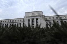 Les responsables de la Réserve fédérale américaine ont exprimé leurs craintes, lors de la réunion de politique monétaire du mois dernier, qu'un relèvement prématuré des taux d'intérêt ne donne un coup de frein à la reprise de l'économie américaine. /Photo d'archives/REUTERS/Jonathan Ernst