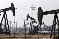 Extractores de petróleo fotografiados en un campo de crudo cerca de Bakersfield. Imagen de archivo, 9 noviembre, 2014. Los inventarios comerciales de crudo aumentaron la semana pasada, mientras que las existencias de gasolina crecieron y las de destilados cayeron, mostró el miércoles un reporte del Instituto Americano del Petróleo (API). REUTERS/Jonathan Alcorn