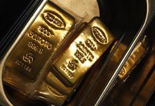 Слитки золота на заводе Адамас в Москве. 28 июня 2013 года. Золотовалютные резервы РФ достигли минимального с апреля 2007 года значения $368,3 миллиарда, сократившись с 6 по 13 февраля на $6,4 миллиарда, согласно отчетности Банка России. REUTERS/Sergei Karpukhin