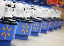 Wal-Mart Stores, premier distributeur mondial, annonce une hausse de 12% de son bénéfice au quatrième trimestre, le consommateur ayant tiré parti de la baisse des prix à la pompe pour dépenser plus dans les magasins. /Photo d'archives/REUTERS/John Gress