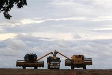 Un camión es cargado con soja en un campo en Primavera do Leste. Imagen de archivo, 7 febrero, 2013.  Los camioneros del principal estado productor de soja y maíz de Brasil, Mato Grosso, limitaron nuevamente el jueves el transporte de granos en la carretera que lleva al principal puerto exportador en el periodo más ajetreado de la cosecha, en protesta por una reciente alza en los precios de combustibles. REUTERS/Paulo Whitaker