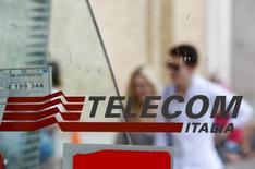 Telecom Italia publie un chiffre d'affaires et un résultat brut d'exploitation en baisse sur l'ensemble de l'année, mais relève que ses ventes sur le marché italien ont continué à se redresser, grâce à l'amélioration de ses activités tant dans la téléphonie fixe que mobile. /Photo d'archives/REUTERS/Max Rossi