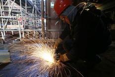 Operário durante construcão de um navio no oeste da França. 17/02/2015 REUTERS/Stephane Mahe