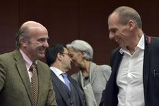 Spain's Finance Minister Luis De Guindos (L) chats with Greece Finance Minister Yanis Varoufakis during an extraordinary euro zone Finance Ministers meeting (Eurogroup) to discuss Athens' plans to reverse austerity measures agreed as part of its bailout, in Brussels February 20, 2015. REUTERS/Eric Vidal
