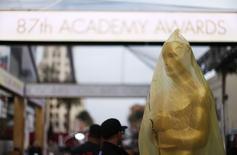 Grupos de derechos civiles han hecho un llamamiento para boicotear la ceremonia de los Oscar en Los Angeles para exigir más diversidad entre los votantes de los premios de la Academia después de que ningún actor perteneciente a una minoría étnica haya sido nominado este año, dijeron los organizadores. En la imagen, una estauta de los Oscar  cubierta de plástico, durante los preparativos para la ceremonia en el Teatro Dolby, en Hollywood, California, el 20 de febrero de 2015. REUTERS/Mario Anzuoni