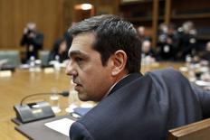 El primer ministro griego, Alexis Tsipras, durante una reunión del gabinete, Atenas, 21 feb, 2015. El primer ministro griego, Alexis Tsipras, declaró una victoria el sábado tras el acuerdo de financiamiento logrado con los ministros de Finanzas de la zona euro, pese a las grandes concesiones que aceptó para evitar un colapso financiero. REUTERS/Kostas Tsironis