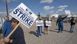 Trabajadores del sindicato United Steelworkers protestan contra sus condiciones salariales y de seguridad en una refinería en la ciudad estadounidense de Houston.  Febrero 2015. REUTERS/Richard Carson  (UNITED STATES - Tags: CIVIL UNREST ENERGY BUSINESS)