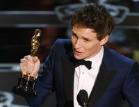 """Actor Eddie Redmayne accepts the Oscar for best actor for his role in """"The Theory of Everything"""" during the 87th Academy Awards in Hollywood, California February 22, 2015.  REUTERS/Mike Blake"""