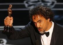 """Diretor Alejandro Iñárritu com a estatueta do Oscar de melhor diretor por """"Birdman"""". 22/02/2015 REUTERS/Mike Blake"""
