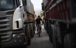 Caminhões parados na BR-163, em Lucas do Rio Verde, em foto de arquivo. 26/09/2012 REUTERS/Nacho Doce