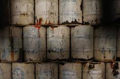 Нефтяные бочки на станции метро  Instituto Mexicano del Petroleo в Мехико 15 февраля 2015 года. Цены на нефть снижаются из-за избыточного предложения, хотя рынок с оптимизмом смотрит на перспективы мировой экономики. REUTERS/Tomas Bravo