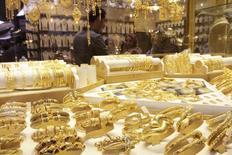 Золотые украшения в магазине на ювелирном рынке в Басре. 14 февраля 2015 года. Цены на золото близки к минимуму семи недель, пока инвесторы ждут от председателя ФРС Джанет Йеллен намеков на срок повышения процентных ставок. REUTERS/ Essam Al-Sudani