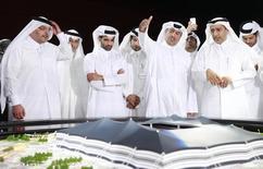 Dirigentes do comitê organizador da Copa do Mundo de 2022 no Qatar em frente uma maquete de estádio para o mundial. 21/06/2014 REUTERS/Mohammed Dabbous