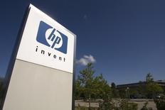 Hewlett-Packard, qui a signé avec Deutsche Bank un accord de dix ans, représentant plusieurs milliards de dollars et portant sur l'externalisation de l'infrastructure informatique de sa division banque de gros, à suivre mardi sur les marchés américains. /Photo d'archives/REUTERS/Denis Balibouse