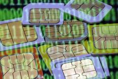 """Dans les conclusions de son enquête sur un piratage présumé de ses cartes SIM par les services de renseignement britanniques et américains, Gemalto assure notamment que les attaques, qualifiées de """"probables"""", n'ont pu résulter en un vol massif de clés d'encryptage de cartes SIM. /Photo prise le 24 février 2015/REUTERS/Dado Ruvic"""