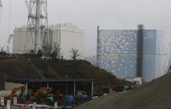 2月25日、菅義偉官房長官は記者会見で、福島第1原発2号機原子炉建屋の屋上に溜まっていた比較的高い濃度の汚染水が海に流出していた問題で、港湾外の海水濃度は法令告示濃度に比べて十分に低い数値だと言明。2014年11月、代表撮影(2015年 ロイター/Shizuo Kambayashi)