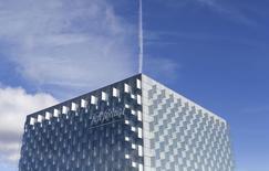Telefonica anticipe une croissance du chiffre d'affaires de plus de 7% cette année et de plus de 5% en 2016. L'opérateur espagnol annonce également une baisse de 19% de son résultat opérationnel en 2014. /Photo prise le 25 février 2015/REUTERS/Juan Medina  (SPAIN - Tags: BUSINESS TELECOMS LOGO)