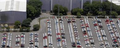 Vehículos nuevos de Ford estacionados en la planta de la compañía en Sao Bernardo do Campo, Brasil, feb 12 2015. Brasil quiere extender hasta por cinco años más un sistema de cuotas de importación recíproca de autos livianos con México y evitar el regreso al libre comercio en marzo como está pactado, en la renegociación de un acuerdo automotor, dijeron fuentes vinculadas a las discusiones.      REUTERS/Paulo Whitaker