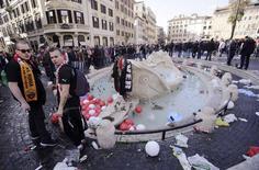 """Torcedores do Feyenoord observam a fonte chamada de  """"Barcaccia"""" durante confronto com a polícia italiana antes do jogo de futebol da Liga Europa contra o Roma 19/02/ 2015. REUTERS/Yara Nardi"""