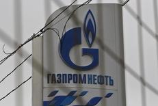 Логотип Газпромнефти на АЗС в Москве. 12 ноября 2013 года. Газпромнефть, нефтяное подразделение Газпрома, сообщила о переносе трейдингового офиса из Вены в Санкт-Петербург, что, по словам источников, вызвано желанием обезопасить огромный денежный поток компании на фоне ухудшения отношений России с Западом. REUTERS/Maxim Shemetov