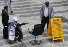 Promotor de emprego indica uma lista de vagas numa rua no centro de São Paulo. 13/08/2014 REUTERS/Paulo Whitaker