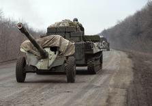 Украинские войска на дороге близ Артемовска. 26 февраля 2015 года. Украина начинает отвод 100-миллиметровых пушек от линии соприкосновения с пророссийскими сепаратистами на востоке, заявило в четверг Минобороны, назвав это шагом к воплощению хрупкого соглашения о прекращении боев, унесших менее чем за год более 5.700 жизней. REUTERS/Gleb Garanich