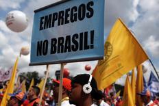 Imagen de archivo de una protesta laboral en Sao Paulo, abr 4 2012. La tasa de desempleo de Brasil subió en enero desde un piso histórico a su máximo nivel en más de un año, lo que reflejaría los riesgos de una recesión ante las medidas de austeridad impulsadas por el Gobierno que incluyen alzas de impuestos y control de gastos fiscales.   REUTERS/Nacho Doce