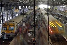 Gare de Churchgate à Bombay. Le gouvernement indien a dévoilé jeudi un plan d'investissement de 120 milliards d'euros sur cinq ans dans la modernisation de son réseau ferroviaire, aujourd'hui vétuste. /Photo prise le 25 février 2015/REUTERS/Shailesh Andrade