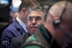 Un operador en la bolsa de Wall Street en Nueva York, feb 26 2015. Las acciones en Nueva York cotizaban estables el jueves tras una serie de datos económicos estadounidenses mixtos, con el promedio industrial Dow Jones y el índice S&P 500 cerca de máximos históricos y con el Nasdaq registrando un leve avance. REUTERS/Brendan McDermid