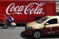 Un camión de Coca-Cola en Ciudad de México, sep 9 2013. La mexicana FEMSA dijo el jueves que comprará las franquicias de venta de gasolina de la petrolera estatal Pemex que se encuentran junto a sus tiendas Oxxo, aprovechando la apertura energética en México para acelerar su crecimiento, tras reportar un fuerte alza en su ganancia neta del cuarto trimestre. REUTERS/Edgard Garrido