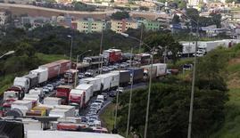 Caminhoneiros protestam na BR 381 em Betim, Minas Gerais. 24/02/2015 REUTERS/Washington Alves