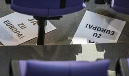 """Листы с надписью """"Да Европе"""" на полу Бундестага в Берлине. 27 февраля 2015 года. Немецкий парламент в пятницу одобрил продление срока действия программы помощи Греции после того, как министр финансов Вольфганг Шойбле пообещал, что Афинам не позволят """"шантажировать"""" партнеров по еврозоне. REUTERS/Hannibal Hanschke"""