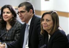Josefina Vidal (D), da delegação cubana, participa de reunião em Washington. 27/02/2015.  REUTERS/Gary Cameron