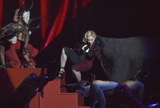 A cantora Madonna cai durante apresentação no Brit Awards, em Londres. 25/02/2015 REUTERS/Toby Melville