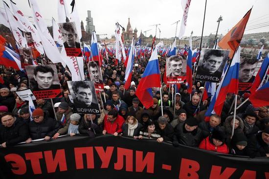 ロシア野党指導者射殺、モスクワの追悼デモに数万人