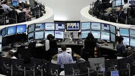 Трейдеры на фондовой бирже во Франкфурте-на-Майне. 1 августа 2014 года. Европейские фондовые рынки растут благодаря сделкам в телекоммуникационной отрасли. REUTERS/Pawel Kopczynski/Remote