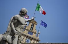 Correction. Bien lire que le PIB de l'Italie s'est contracté de 0,4%. L'économie italienne s'est contractée pour la troisième année d'affilée en 2014 et son déficit budgétaire a atteint le plafond de 3% du PIB fixé dans le cadre de l'Union européenne. Le produit intérieur brut (PIB) s'est contracté de 0,4%, après avoir baissé de 1,7% (chiffre révisé par rapport à 1,9% annoncé précédemment) en 2013 et un recul de 2,8% (révisé par rapport à 2,3%) en 2012.  /Photo d'archives/REUTERS/Max Rossi
