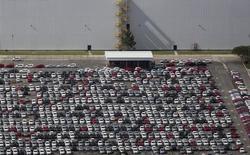 Vehículos estacionados en la planta manufacturera de Volkswagen en Sao Jose dos Campos, Brasil, ene 7 2015. La actividad en el atribulado sector de manufacturas de Brasil se contrajo en febrero debido a la debilidad de la demanda del consumidor, lo que se sumó a señales de desaceleración en la mayor economía de Latinoamérica, mostró el lunes un sondeo privado.  REUTERS/Roosevelt Cassio