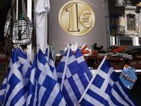 Les pays de la zone euro discutent d'un troisième plan d'aide à la Grèce d'un montant compris entre 30 et 50 milliards d'euros, a déclaré lundi le ministre espagnol de l'Economie, Luis de Guindos. /Photo prise le 2 mars 2015/REUTERS/Alkis Konstantinidis