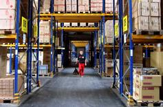 En la imagen, un trabajador en un almacén en Sonneberg, en el este de Alemania, el 9 de octubre de 2014. Las ventas minoristas de Alemania aumentaron a su tasa más veloz en siete años en enero, mostraron el martes datos de la Oficina Federal de Estadísticas, lo que alimenta las expectativas de que el consumo privado impulse el crecimiento en la mayor economía de Europa este año. REUTERS/Michelle Martin
