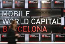 STMicroelectronics espère une deuxième année de croissance pour son activité mobile en 2015 après plusieurs années de pertes, un redressement déterminant pour atteindre son objectif d'amélioration de la marge. S'exprimant  devant des analystes financiers au salon mondial du mobile à Barcelone, les dirigeants du groupe franco-italien ont détaillé leur stratégie pour ramener le mobile au niveau de rentabilité des autres activités du groupe. /Photo prise le 2 mars 2015/REUTERS/Gustau Nacarino