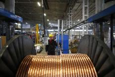 Un trabajador revisa cables de cobre en una fábrica en Kayseri, Turquía, feb 12 2015. Los precios del cobre cayeron el martes desde los máximos de siete semanas que alcanzaron en la sesión anterior, ya que se disipaba el entusiasmo por un recorte de las tasas de interés en China, el mayor consumidor mundial del metal, y los inventarios siguen aumentando. REUTERS/Umit Bektas