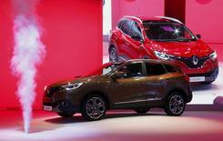 Le nouveau crossover compact de Renault, Kadjar, au salon automobile de Genève. Le titre du constructeur au losange figure au rang des valeurs à suivre ce mercredi à la Bourse de Paris, alors que les nouvelles synergies entre le groupe français et son partenaire japonais Nissan ont atteint 3,9 milliards d'euros l'an dernier. /Photo prise le 3 mars 2015/REUTERS/Arnd Wiegmann