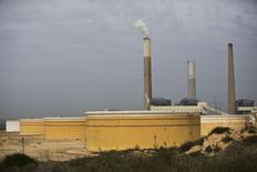 Нефтехранилища на берегу Средиземного моря в Ашкелоне. 27 января 2015 года. Цены на нефть Brent держатся выше $60 за баррель за счет повышения цен Саудовской Аравией и бомбардировок объектов нефтяной инфраструктуры в Ливии. REUTERS/Amir Cohen