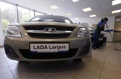 Автомобиль Lada Largus в дилерском центре в Санкт-Петербурге. 9 июля 2014 года. Крупнейший российский автопроизводитель Автоваз, продажи которого продолжают падать вместе с рынком, объявил о повышении цен на автомобили Lada со среды в среднем на 4,79 процента. REUTERS/Alexander Demianchuk