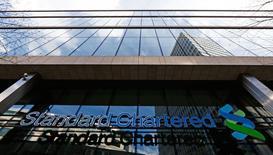 La banque britannique Standard Chartered, dont une grande partie de l'activité s'exerce en Asie, annonce un bénéfice imposable de 5,2 milliards de dollars en 2014, une baisse de 25% imputable à une forte hausse des pertes sur créances. /Photo prise le 27 février 2015/REUTERS/Eddie Keogh