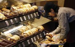 Un panadero en una tienda de la cadena Safeway en Wheaton, EEUU, feb 13 2015. El crecimiento del sector servicios de Estados Unidos se aceleró modestamente en febrero, impulsado por mejoras en los nuevos negocios, mostró el miércoles un reporte.    REUTERS/Gary Cameron